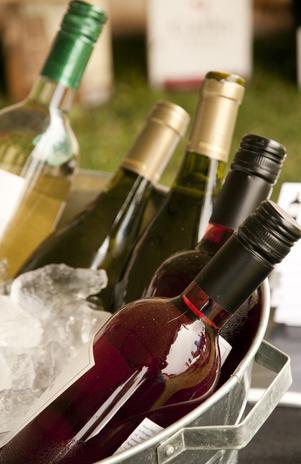 Branco, rosé ou do tipo espumante, vinhos combinam com petiscos típicos do verão Foto: Shutterstock
