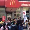Em Nova Iorque, trabalhadores do mundo todo protestam contra abusos do McDonalds
