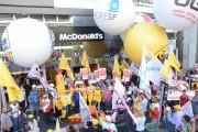 Ato Global em defesa dos direitos de trabalhadores em fast-food reúne centenas de pessoas na Av. Paulista