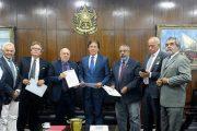 Junto a representantes do FST e ao senador Paulo Paim, Calasans representa Sinthoresp em entrega de manifesto contra Reforma Trabalhista no Senado